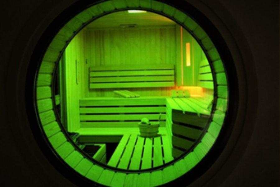 Sauna z kolorami tęczy.